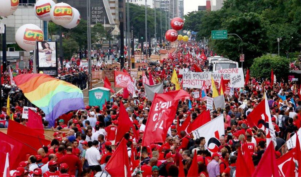 """Cerca de 40 mil pessoas se reuniram pelas ruas de São Paulo para protestar noDia Nacional de Lutas em Defesa dos Direitos dos Trabalhadores, da Democracia, da Petrobras e pela Reforma Política; durante o percurso, os manifestantes gritavam """"Fica, Dilma""""; representante da Federação Única dos Petroleiros (FUP), João Antonio de Moraes, destacou a unidade dos protestos que ocorrem hoje em várias capitais do país; """"Trabalhadores do campo e da cidade dizem que paralisar a Petrobras é paralisar o Brasil. São cerca de 1,5 milhão de empregos que giram em torno da indústria do petróleo. Entregar o pré-sal é um crime, e o povo não permitirá"""""""