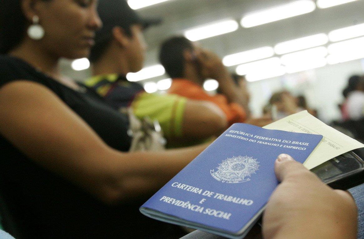 A taxa de desemprego do Brasil atingiu 7,4 por cento no trimestre encerrado em fevereiro, em comparação a 6,8 por cento nos três meses até janeiro, de acordo com a Pesquisa Nacional por Amostra de Domicílios (Pnad) Contínua divulgada nesta quinta-feira pelo IBGE