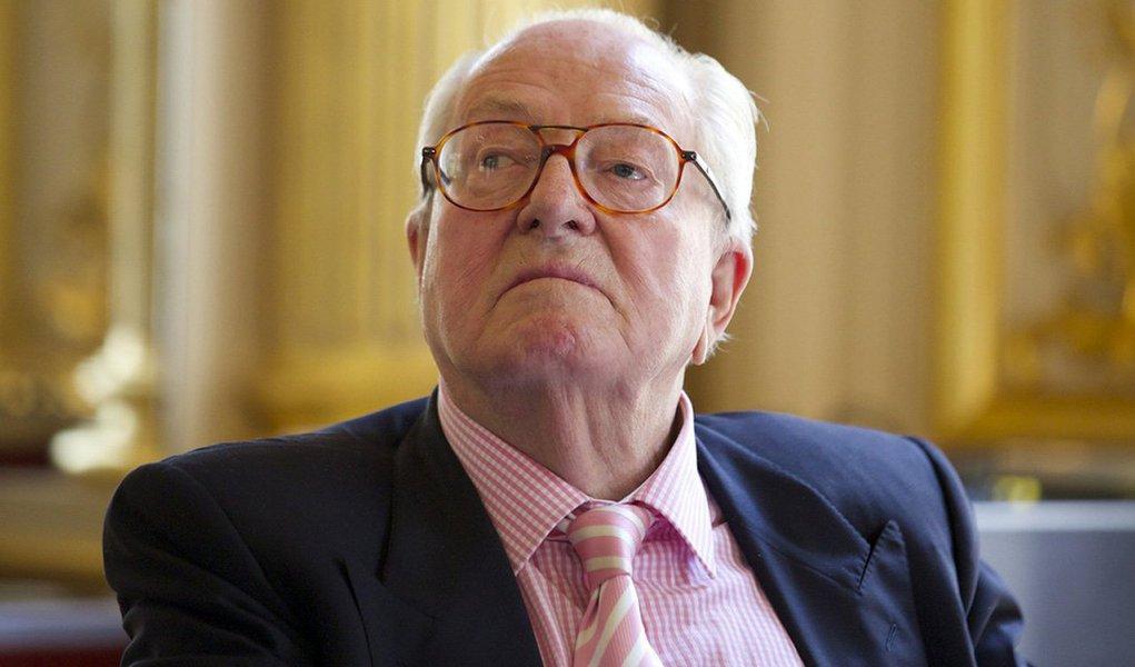 """Perguntado pela revista Le Figaro Magazine sobre sua possível candidatura na região sudeste de Provence-Alpes-Côte d'Azur, Jean-Marie Le Pen, fundador do partido de extrema-direita francês Frente Nacional,respondeu: """"Não, apesar de achar que eu sou o melhor candidato""""; na semana passada,sua visão de que as câmaras de gás nazistas foram um mero """"detalhe"""" da guerra levou sua filha, Marine Le Pen, líder da FN desde 2011, a pedir que o papel de seu pai no partido fosse debatido em uma reunião da executiva da Frente Nacional na sexta-feira"""