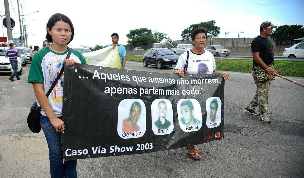 Parentes de vítimas e militantes de direitos humanos fizeram uma caminhada pela Rodovia Presidente Dutra até a Rua Gama, em Nova Iguaçu, na Baixada Fluminense, para marcar os dez anos dos assassinatos em massa que ficaram conhecidos como Chacina da Baixada; na noite do dia 31 de março de 2005, um grupo de PMs descontente com a troca de comando no batalhão, após uma reunião em um bar, saiu atirando em inocentes em Nova Iguaçu e em Queimados, matando 29 pessoas