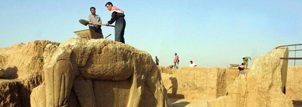 Combatentes do Estado Islâmico saquearam e devastaram a antiga cidade assíria de Nimrud, informou o governo iraquiano, no mais recente ataque dos militantes a alguns dos maiores tesouros arqueológicos e culturais do mundo; o grupo ultrarradical islâmico sunita, que considera a herança cultural pré-islâmica do Iraque como idolatria,saqueou a cidade de cerca de 3.000 anos, situada às margens do rio Tigre; ataque ocorre apenas uma semana após a divulgação de um vídeo mostrando forças do Estado Islâmico esmagando estátuas e esculturas de museus em Mossul