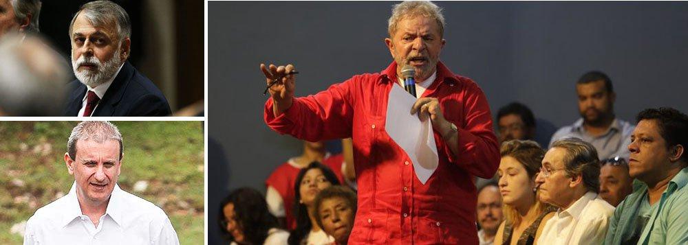 """Emdiscurso no Sindicato dos Bancários de São Paulo para sindicalistas e lideranças políticas de esquerda, ex-presidente Lula defendeu o ajuste fiscal, convocou os movimentos sociais a defenderem a presidente Dilma Rousseff, e disse que está indignado com a corrupção; eleafirmou ainda que os delatores da Operação Lava Jato, caso de Alberto Youssef e Paulo Roberto Costa, """"são bandidos que passaram a virar heróis"""": """"Já o bandido pega 40 anos de prisão, vai fazer delação premiada e vira herói. Diz 'ouvi falar', 'eu acho que...' e nem precisa de juiz, a imprensa já condenou"""""""