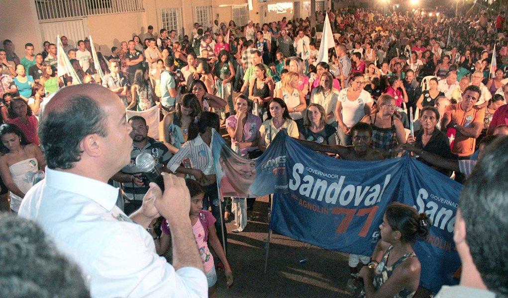 """O governador Sandoval Cardoso, candidato à reeleição pela coligação """"A mudança que a gente vê"""", participou de duas reuniões na noite desta terça-feira, 2, na região sul de Palmas; Sandoval reafirmou seu compromisso em resolver os problemas da Saúde; Sandoval disse ainda que seus adversários não possuem credibilidade para afirmar que solucionarão os problemas da Saúde; """"Tiveram sete anos para resolver os problemas e não fizeram"""""""