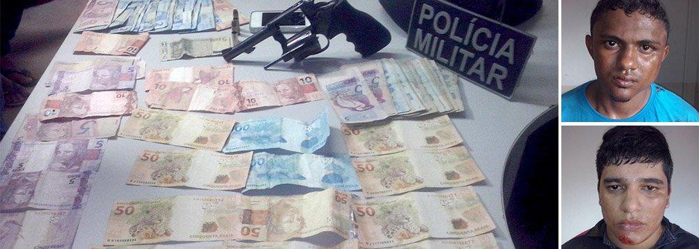 Polícia Militar informou que prendeu em flagrante Flávio Alves Ribeiro, 25 anos, e Pedro Henrique Fagundes Sousa, 18 anos, nesse sábado, 11, em Araguaína, região norte do Estado; os dois são acusados de roubo à seguradora União; segundo a PM, os dois foram presos após o proprietário da seguradora persegui-los e bater com o carro na moto em que estavam; com os dois, a PM encontrou um revólver calibre 38, um telefone celular e R$ 1.407