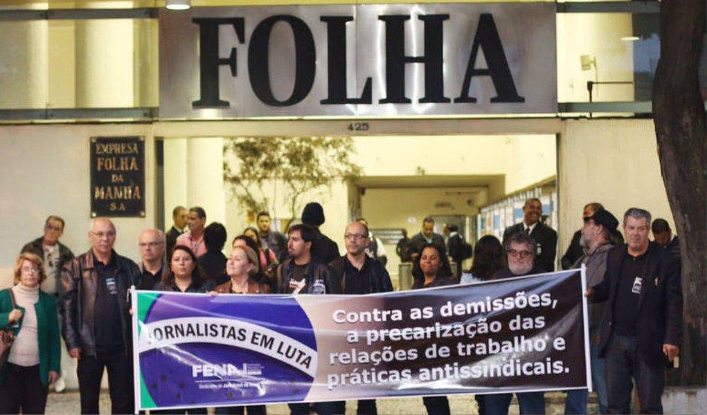 Cerca de 30 jornalistas vestidos de preto se reuniram no auditório do Sindicato dos Jornalistas do Estado de São Paulo e saíram em passeata até a sede do jornal Folha de São Paulo, nesta sexta (8); a manifestação faz parte de um ato nacional contra demissões, precarização das relações de trabalho e práticas antissindicais; só no primeiro trimestre de 2015, 191 jornalistas foram demitidos na Grande São Paulo