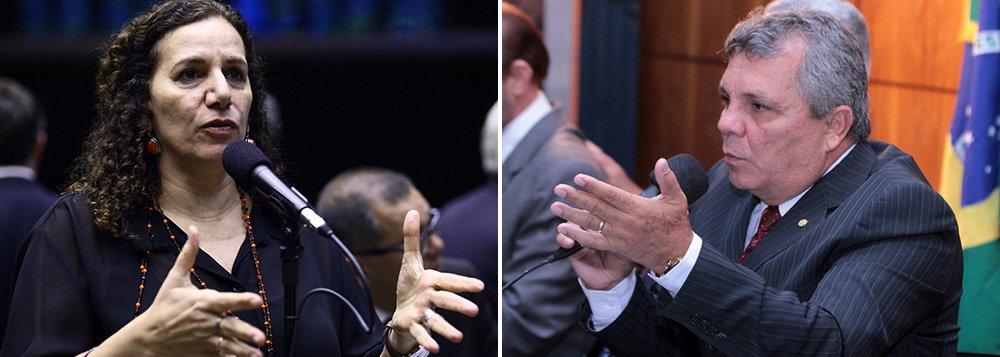 """Em confronto sobre a votação das MPs 664 e 665, deputado Alberto Fraga (DEM-DF) disse à deputada Jandira Feghali (PCdoB-RJ) que """"a mulher que participa da política como homem e fala como homem, também tem que apanhar como homem""""; briga ocorreu porque Jandira acusou o deputado Roberto Freire (PPS-SP) de ter batido nas costas do comunista Orlando Silva (SP) e de ter empurrado seu braço; pelo Facebook, parlamentar disse que vaiacionar judicialmente Fraga """"pela apologia inaceitável"""""""