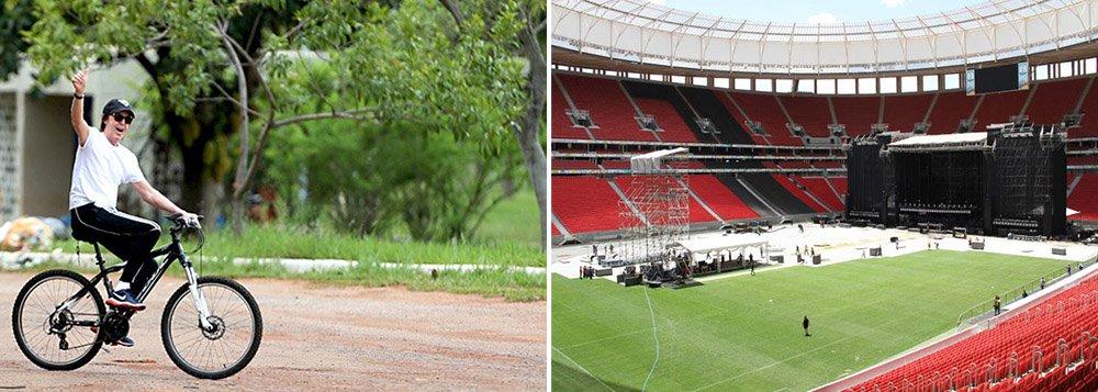 Em Brasília, onde desembarcou neste sábado, o ex-beatle Paul McCartney passeou de bicicleta no Parque da Cidade. Apesar do tempo nublado, o músico inglês parecia se divertir com o passeio, acenou para fãs e ficou no parque até o início da tarde;McCartney se apresentará no Estádio Nacional Mané Garrincha no domingo às 20h pela turnê 'Out There!'