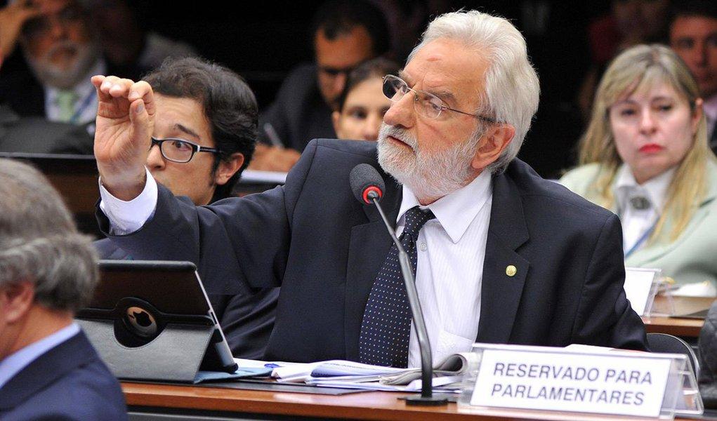 """Integrante da CPI da Petrobras, deputado federal pelo PSOL-SP critica a presença de parlamentares que receberam doações de empreiteiras da Lava Jato na Comissão ediz que """"nas ruas e nas redes sociais, a bandeira para enfrentar a corrupção é o fim do financiamento empresarial para os partidos e campanhas""""; """"Sem isso, eterniza-se o jogo do poder econômico e do desvio de recursos públicos. Ninguém quer reforma política de araque e no escurinho do cinema"""""""