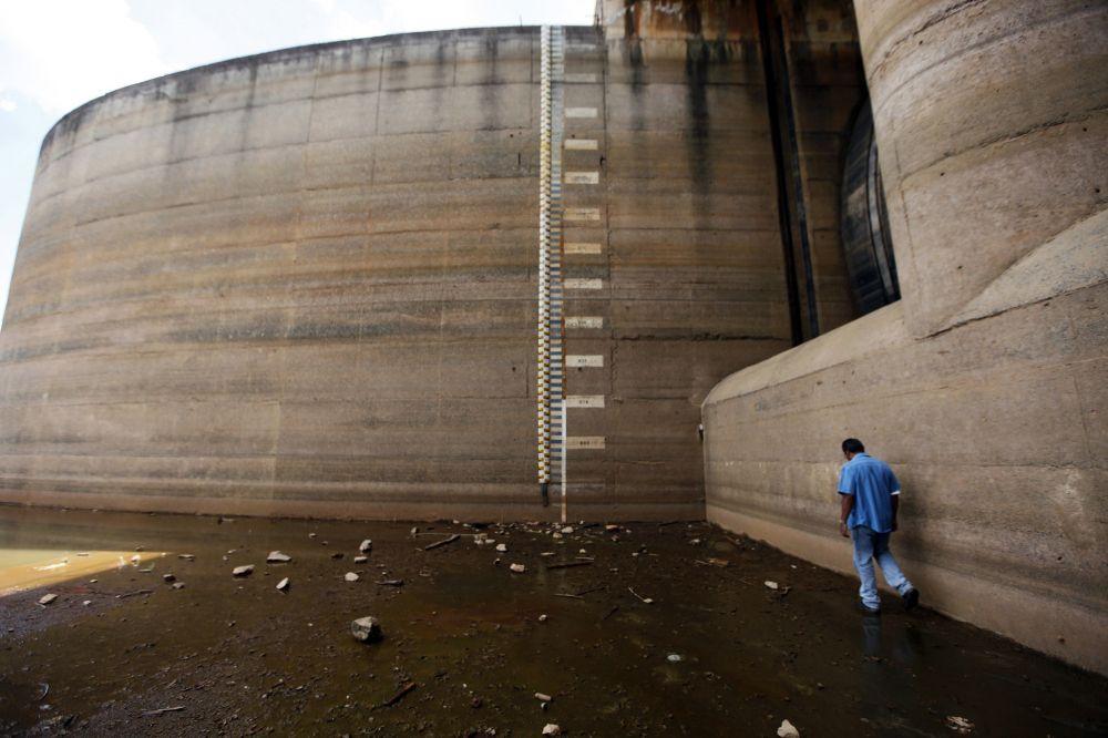 Agora a seca chegou a São Paulo, sem fazer distinções de classe. Falta água no Morumbi e em Pirituba, em Heliópolis e em Higienópolis