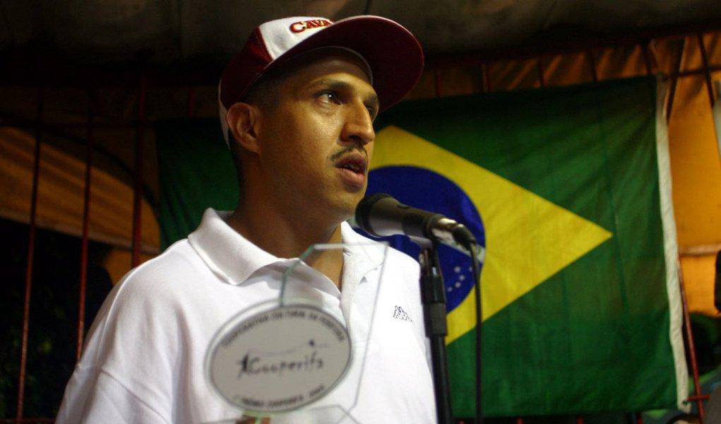 """O rapper Mano Brown, do grupo Racionais MC's, foi detido na tarde desta segunda (6) na Zona Sul de São Paulo; segundo a Polícia Militar, ele foi detido por desobediência, desacato e resistência;o advogado do rapper, Rafael Ornaghi, disse que ele irá assinar um termo circunstanciado e será liberado em seguida; segundo ele, Mano Brown foi """"levemente agredido"""" durante a abordagem e discutiu com os policiais, por isso acabou conduzido para a delegacia"""