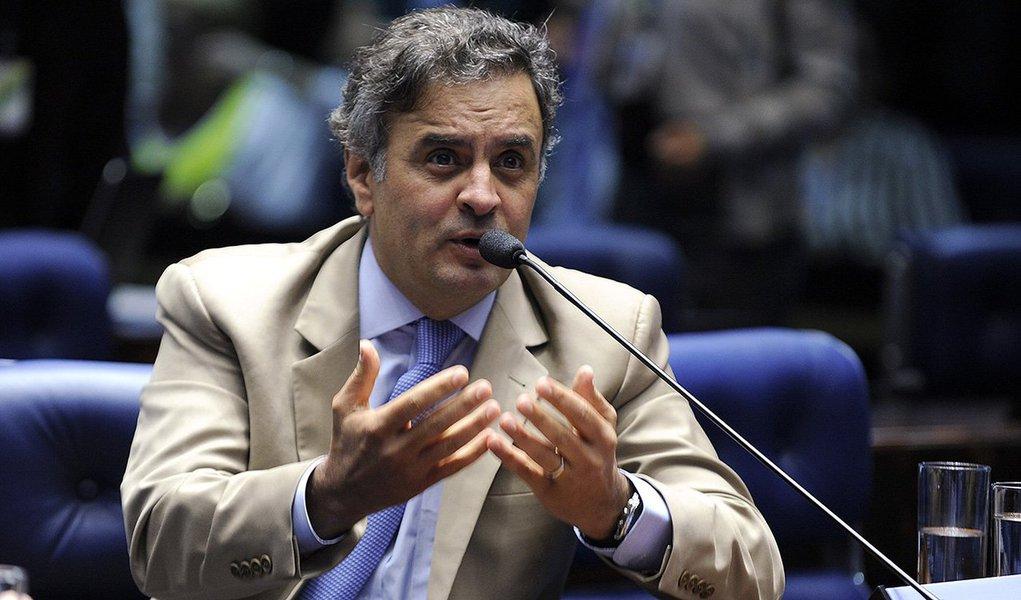 """""""Novamente a presidente Dilma Rousseff falta com a verdade ao se dirigir aos brasileiros"""", diz o presidente do PSDB, Aécio Neves, em nota; """"Inventa bodes expiatórios, terceiriza responsabilidades que são exclusivamente do governo dela e fornece um enredo irreal à população""""; segundo ele, """"os brasileiros percebem, mais uma vez, o abismo que separa a realidade pintada no pronunciamento oficial e aquela vivida nas ruas e cidades do nosso país""""; """"os brasileiros estão irritados e preocupados. E sabem bem com o quê e com quem""""; citado por Alberto Youssef como beneficiário de um esquema em Furnas, Aécio teve seu caso arquivado, mas ainda pode ser reaberto"""