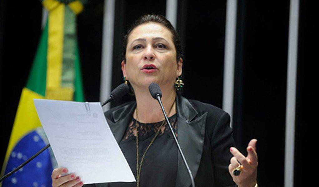 """Blog Amigos do Presidente Lula defendeu neste domingo, 23, a legitimidade da senadora Kátia Abreu (PMDB) assumir o Ministério da Agricultura; apesar das diversas manifestações contrárias de movimentos sociais, como o MST, e de setores do PT e do próprio PMDB, para os amigos de Lula, a militância petista e de esquerda em geral precisa """"olhar também racionalmente as estratégias políticas""""; """"Compor ministérios é mais ou menos como mexer peças num tabuleiro de xadrez. Tem que olhar o efeito no tabuleiro inteiro. E olhando a disposição do tabuleiro todo, a senadora é uma boa mexida, considerando ser especificamente para este ministério""""; confira íntegra"""