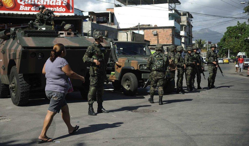 O processo de transição da PM do Rio de Janeiro, que substitui a Força de Pacificação no patrulhamento do conjunto de favelas da Maré, na zona norte da capital fluminense, começou na primeira hora desta quarta-feira (1º); a medida integra o planejamento da Secretaria de Estado de Segurança Pública (Seseg) para pacificar o local composto por 16 comunidades