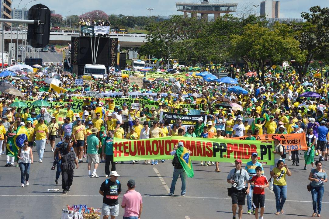 Protestos contra a corrupção deste domingo têm adesão menor do que no dia 15 de março; em Brasília, público foi de pouco mais de 7 mil pessoas, segundo dados da Polícia Militar, embora os organizadores falem em 40 mil; no protesto passado, números oficiais foram de 80 mil pessoas; entre os manifestantes, havia quem pedisse a volta do regime militar; em outras cidades brasileiras, quantidade de manifestantes também é bem menor do que em 15 de março