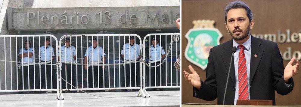 Assembleia suspende sessão e fechas as portas na chegada dos manifestantes que participaram do Dia Nacional de Luta, organizado pelas centrais sindicais e movimentos sociais, hoje pela manhã, em Fortaleza