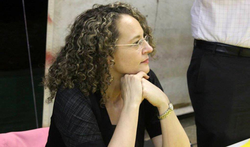 """A presidenciável pelo PSOL, Luciana Genro (RS), voltou a criticar duramente a sua adversária Marina Silva (PSB) ao dizer que a ex-senadora """"se rendeu aos agronegócio ao defender os transgênicos e aos banqueiros ao defender a autonomia do Banco Central""""; """"Ele cedeu aos setores mais reacionários da política nacional e jogou no lixo o seu programa LGBT e a luta contra a homofobia 24 horas após quatro twittes do pastor Silas Malafaia"""", disparou Luciana"""