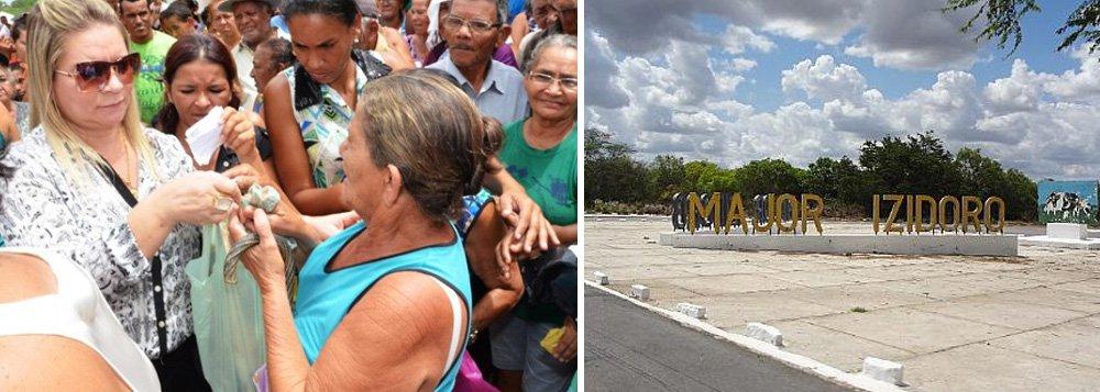 Afastada da prefeitura de Major Izidoro por problemas na prestação de contas do seu vice, Santana Mariano (PTB) foi eleita novamente nas eleições suplementares realizadas ontem (31) pelo Tribunal Regional Eleitoral de Alagoas (TRE/AL); ela obteve 5.364 votos válidos, equivalente a 50,69% do total