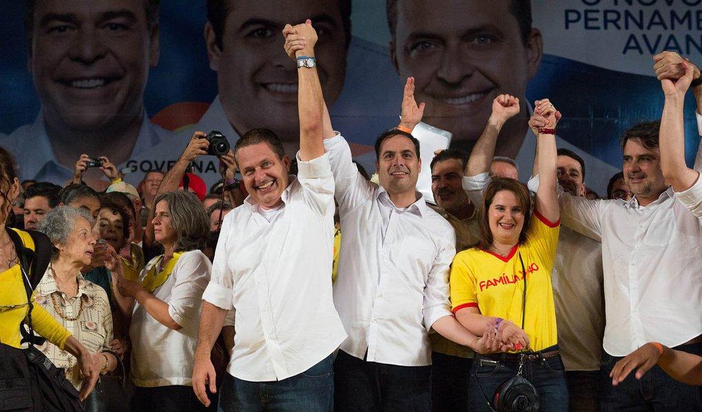 Comoção pela trágica morte de Eduardo Campos faz Paulo Câmara (PSB) subir 23 pontos e empatar com Armando Monteiro Neto (PTB) na disputa pelo governo de Pernambuco, de acordo com o Datafolha; os dois estão com 36% das intenções de voto; na simulação de segundo turno, eles também estão tecnicamente empatados: Câmara tem 40% e Monteiro, 39%