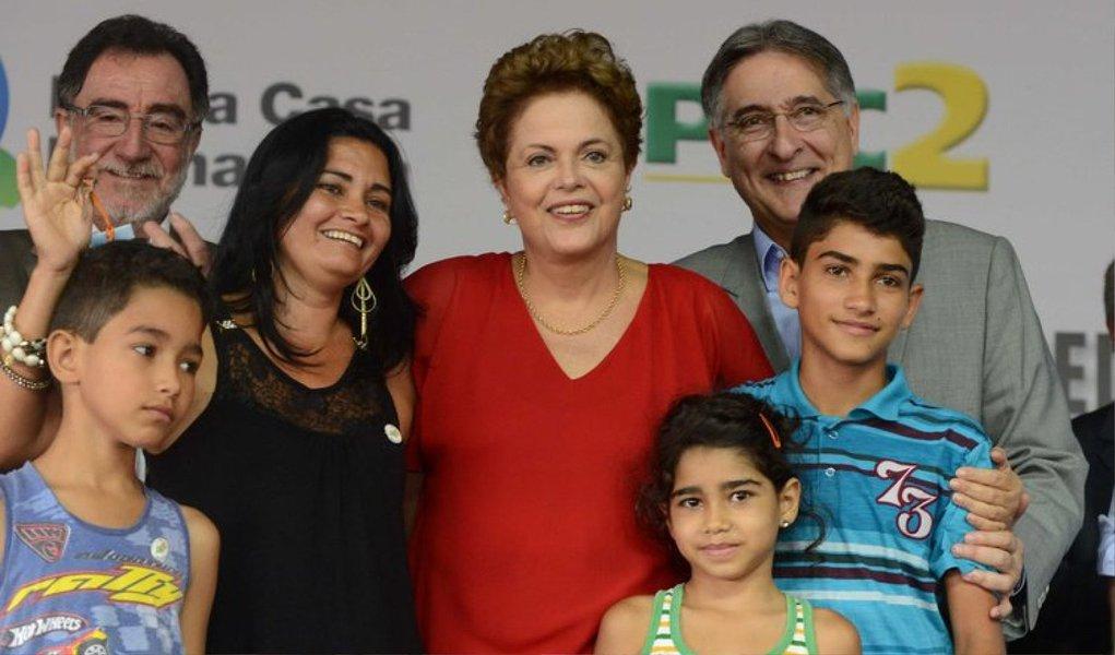 """1472 moradias foram entregadas pelo governador Fernando Pimentel e por Dilma Rousseff em Araguari, no Triângulo Mineiro; """"Nós conseguimos implantar o maior programa habitacional da história do nosso país. E, seguramente, um dos maiores programas do mundo. Até agora, nós contratamos 3,75 milhões de moradias. Destes, nós já entregamos dois milhões de casas"""" disse a presidente"""