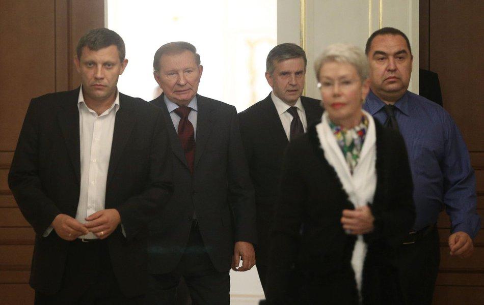 Acordo, que entrou em vigor às 12h (horário de Brasília), foi acertado durante as conversas de paz com representantes da Rússia e da Organização para a Segurança e Cooperação na Europa (OSCE) em Minsk, capital de Belarus; no entanto, três explosões foram ouvidas a norte da cidade de Donetsk minutos após o cessar-fogo, segundo um correspondente da Reuters