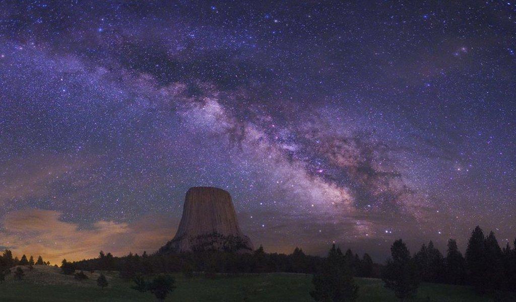"""Treze grupos de galáxias (clusters) - em um deles se encontra a nossa Via Láctea -, formam o supercluster batizado de Laniakea, """"imenso paraíso"""" na língua havaiana. Todo o grupo se precipita na direção de um ponto misterioso no universo chamado o Grande Atrator. No final do artigo, um vídeo extraordinário desenha os contornos de Laniakea."""