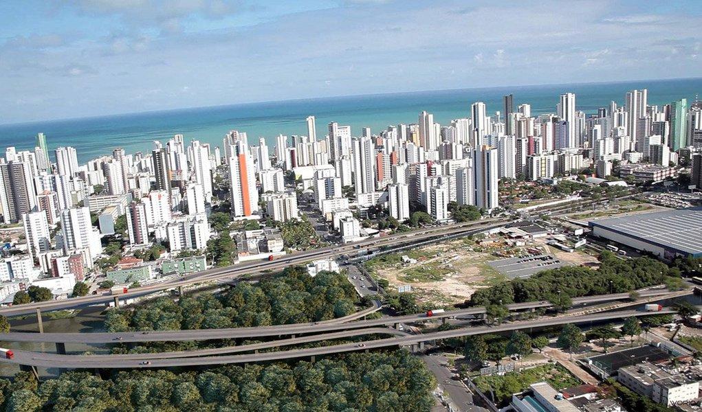 Alvo de uma polêmica quanto a sua paternidade por ocasião da sua inauguração, a Via Mangue, uma das principais obras viárias do Recife, sofreu um novo atraso; a primeira parte da pista no sentido subúrbio-cidade deverão ter sido aberta ao tráfego de veículos nesta segunda-feira (1) mas o prazo foi esticado, sem data certa para ser entregue à população, em função da falta de R$ 26 milhões necessários à conclusão total da contrapartida de e R$ 81 milhões de responsabilidade da Prefeitura do Recife