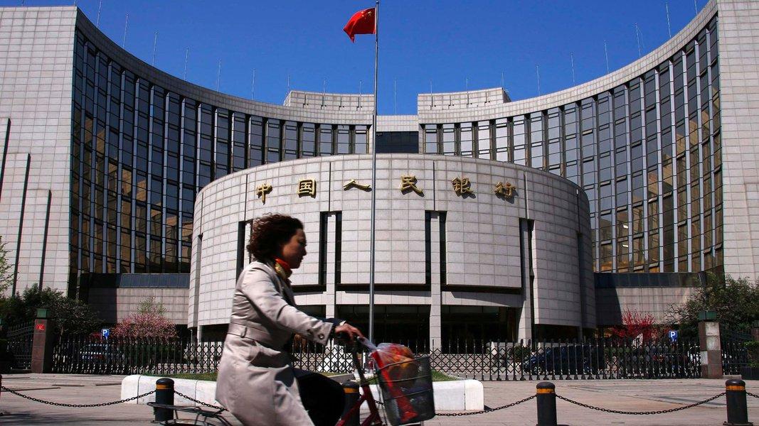 Líderes chineses e o banco central da China estão dispostos a cortar novamente a taxa de juros e também flexibilizar restrições ao crédito por preocupações de que a queda de preço possa gerar aumento da inadimplência, falências e desemprego