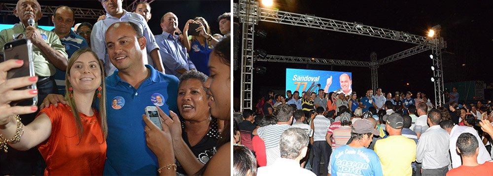 """Sandoval Cardoso e Eduardo Gomes, da coligação """"A mudança que a gente vê"""" começaram o domingo, 31, com uma carreata em Maurilândia, a única cidade do Bico do Papagaio que não era ligada por asfalto com o restante do Estado; governador anunciou também o início das obras da pavimentação da estrada que liga Maurilândia a Tocantinópolis; Sandoval destacou obras do governo em Araguatins; """"Nestes cinco meses, já recuperamos as ruas, estamos duplicando a capacidade do hospital municipal, estamos finalizando as estradas ligando a Buriti e a Ananás, refizemos o asfalto ligando a IFTO e no nosso próximo mandato vamos implantar o maior programa de incentivo à qualificação dos jovens"""", afirmou"""