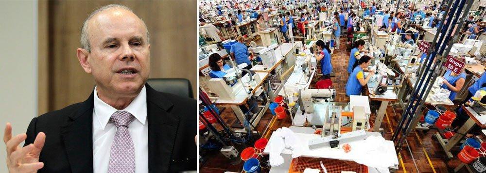 """Ministro da Fazenda, Guido Mantega, considera normal a queda do emprego industrial; em julho, a indústria brasileira teve redução de 0,7% no emprego em comparação com junho; """"Nós temos uma rotatividade que é normal. Em alguns momentos é um pouco maior a saída em algum setor. Mas o que interessa é o saldo geral, que [indica que] o emprego continua aumentando e o nosso desemprego continua sendo um dos menores do mundo"""", defendeu"""