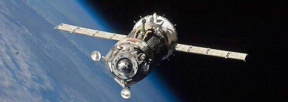 Uma nave espacial russa não tripulada que estava desgovernada no espaço após uma tentativa fracassada de entregar cargas para a Estação Espacial Internacional entrou na atmosfera terrestre na noite de quinta-feira sobre o oceano Pacífico, relatou a agência espacial da Rússia; cápsula, carregada com mais de três toneladas de comida, combustível e suprimentos para a tripulação da estação, caiu às 23h04 (horário de Brasília), disse a Roscosmos
