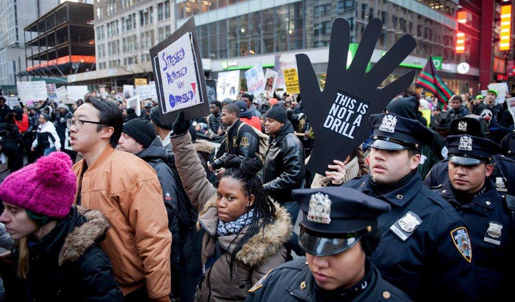 """Milhares de norte-americanos foram às ruas em manifestações em defesa da igualdade racial e contra o racismo; moradores de Atlanta, Nova York, Boston, São Francisco e de Washington realizaram os protestos motivados pela morte de afro-americanos por policiais, no estado de Missouri e em Nova York; nas marchas, os manifestantes levavam cartazes com frases """"Nenhum mais"""" e """"As vidas dos negros importam"""""""