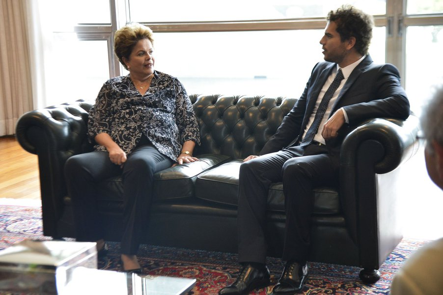 Presidente Dilma recebeu hoje o ganhador da Medalha Fields, o brasileiro Artur Avila, e representantes do Instituto Nacional de Matemática Pura e Aplicada (Impa) e da Academia Brasileira de Ciências; o matemático Jacob Palis, presidente da Academia, disse que o grupo defendeu que os investimentos no setor passem de 1,2% a 2% do PIB
