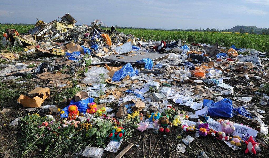 Segundo relatório divulgado na Holanda, avião da Malaysia Airlines, que caiu na Ucrânia, partiu-se em vários pedaços durante o voo, depois de ter sido atingido por numerosos objetos a alta velocidade; desastre matou 298 pessoas, a maioria de nacionalidade holandesa
