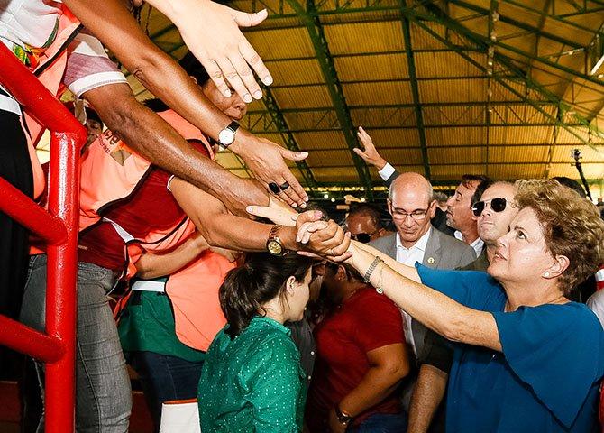 Na polarização política atual não há meio termo. Ou se defende de maneira consequente o mandato da presidenta Dilma ou se faz o jogo do inimigo da democracia e da pátria