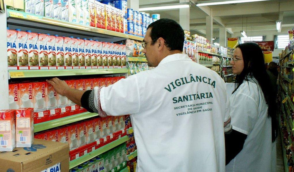 A PF a Operação Pasteur, que cumpriu 16 mandados judiciais expedidos pela 1ª Vara Federal de Lajeado, do Centro-Leste do Rio Grande do Sul; o objetivo dos policiais é apurar a possível prática de corrupção por servidores do Ministério da Agricultura encarregados de fiscalizar as indústrias de leite; os fiscais cobravam entre R$ 3 mil e R$ 5 mil por mês para não denunciar o esquema; em alguns casos, segundo a PF, chegaram a cobrar 13° salário de certas empresas
