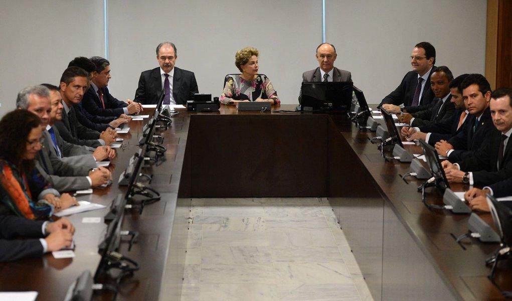 Os líderes da base aliada aproveitaram uma reunião realizada na manhã desta quarta-feira (3), no Palácio do Planalto, para cobrar da presidente Dilma Rousseff uma posição quanto ao envio de uma proposta sobre o reajuste na tabela do imposto de renda 2015; no final do ano passado, o Congresso aprovou a correção de 6,5% na tabela do imposto de renda, mas a alteração acabou sendo vetada pela presidente; o veto vai entrar na fila de propostas que deverão ser votadas na próxima sessão do Congresso, que ainda não tem data para acontecer