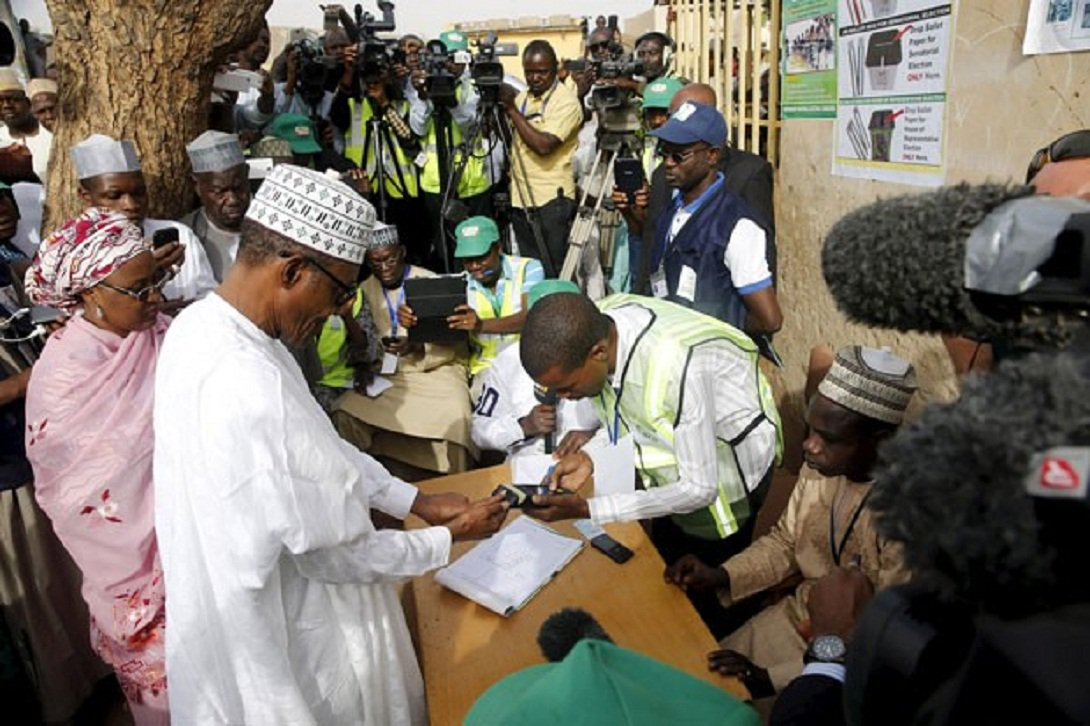 Pelo menos duas pessoas morreram neste sábado em ataques a seções de votação no Nordeste da Nigéria, atribuídos ao grupo radical islâmico Boko Haram; cerca de 68,8 milhões de nigerianos elegerão hoje o novo presidente e o Parlamento, em um ambiente de tensão devido ao risco de violência política e à ameaça de atentados islamitas