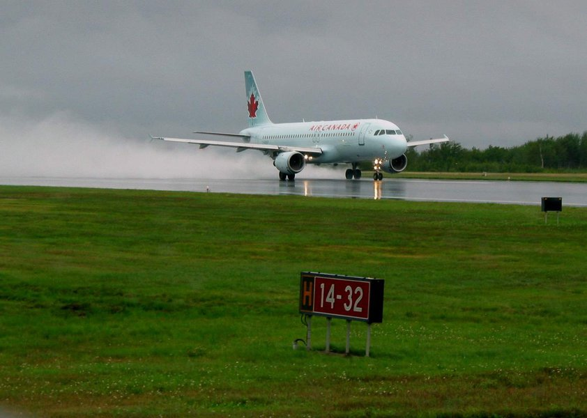 A companhia aérea disse que o incidente aconteceu pouco depois da meia-noite e 18 das 23 pessoas internadas em hospitais para observação e tratamento de pequenas lesões foram liberadas