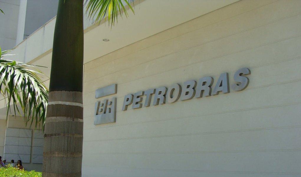 O governo estuda reduzir a exigência de conteúdo nacional nas compras da Petrobras e rever a legislação do pré-sal para aliviar a situação alarmante da estatal; as duas medidas em análise reduziriam os custos e as necessidades de investimentos da estatal, mas são de complexa implementação e não resolveriam os problemas de curto prazo da companhia