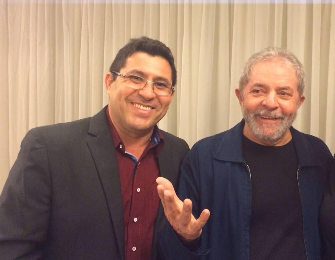 O presidente do Partido dos Trabalhadores do Ceará, Francisco de Assis Diniz, participou ontem de uma reunião com o presidente Lula para debater a atual conjuntura política e orientar a ação partidária. A reunião foi em São Paulo, reunindo todos os presidentes estaduais do PT