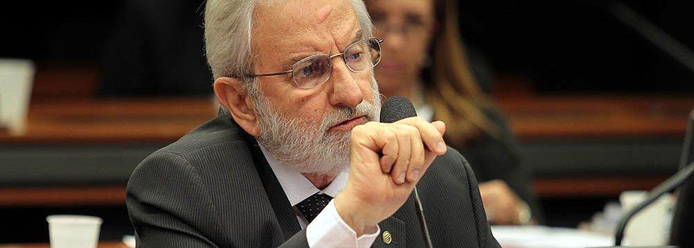 """Deputado Ivan Valente (PSOL-SP) solicitou ao presidente da CPI da Petrobras, Hugo Motta (PMDB-RJ), que os deputados citados na lista encaminhada ao STF com pedido de abertura de inquéritos para investigar nomes citados nos depoimentos da Operação Lava Jato, se afastem da comissão; """"Quem está sob investigação não pode exercer o papel de investigador de si mesmo"""", objetou; o pedido foi apoiado pelos líderes do PPS, Rubens Bueno (PR) e do DEM, Mendonça Filho (PE)"""