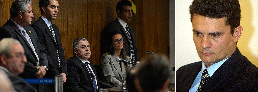 """Ex-diretor da Petrobras terá de pagar multa de US$ 5 milhões, devolver US$ 25,8 milhões que estão na Suíça e em Cayman, uma Rand Rover, avaliada em R$ 300 mil, que ganhou do doleiro Alberto Youssef, além de bens que teria adquirido por meio de """"atividade criminosa"""", como uma lancha avaliada em R$ 1,1 milhão, um terreno e valores apreendidos em sua residência; tudo faz parte do acordo de delação premiada em que ele entregou o esquema de corrupção que envolvia grandes empreiteiras e políticos; em troca, terá o arquivamento de fatos novos que aparecerem contra ele e o abrandamento da pena; grande vencedor do acordo foi o juiz Sergio Moro, responsável pelo inquérito da Lava Jato"""