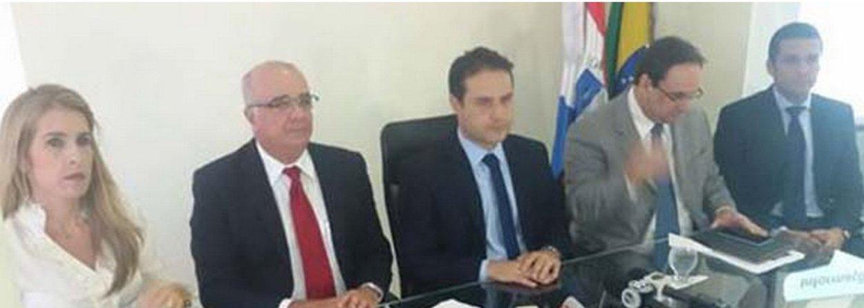 O governador eleito de Alagoas, Renan Filho (PMDB), anunciou que o trabalho realizado pela equipe de transição aponta que mais de 80% do orçamento previsto para 2015 está comprometido e os limites da Lei de Responsabilidade Fiscal (LRF) já foram ultrapassados