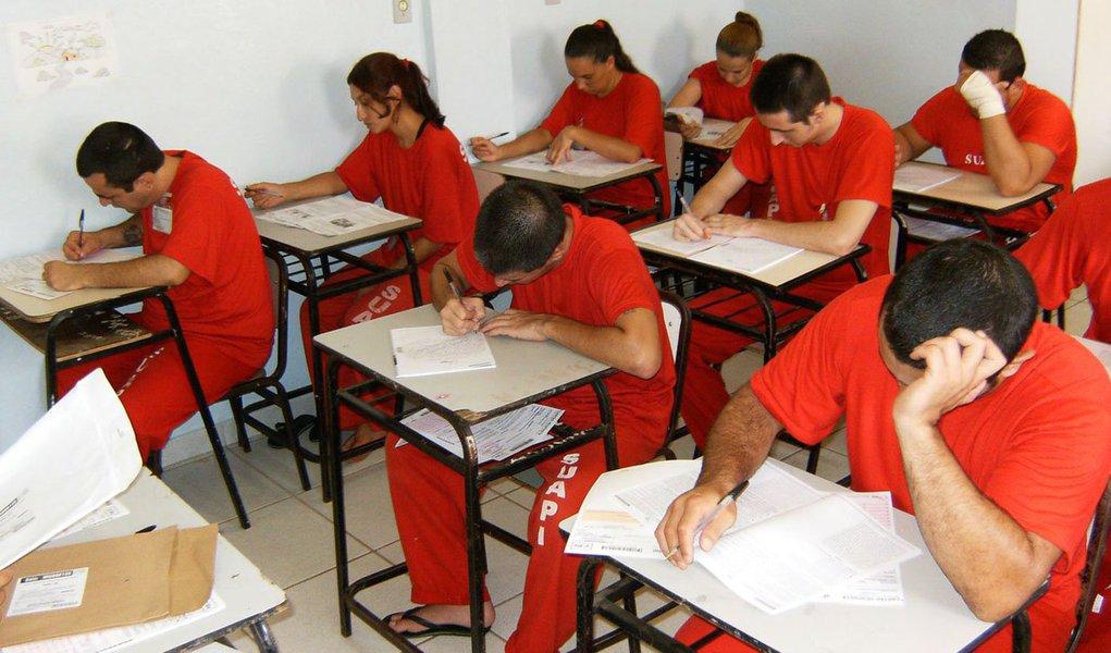 As grades das celas não são um empecilho para inúmeros detentos que vislumbram um futuro melhor fora das unidades prisionais; prova disso é a crescente adesão de presos ao Enem; o estudo ainda é a melhor alternativa para garantir a ressocialização daqueles que estão privados de liberdade; em Minas, cerca de 8.500 detentos estudam; deste total, 7.142 estão matriculados nas 99 escolas instaladas dentro das unidades prisionais do Estado; são 5.7 mil cursando o ensino fundamental, 1.197 matriculados no ensino médio e 175 no ensino superior