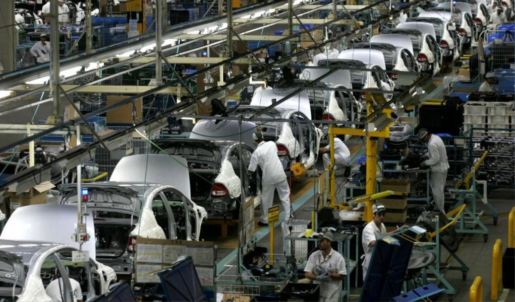 """Com uma recuo nas vendas de 26,6%, a Fiat anunciou que concederá férias coletivas a cerca de 10% de seus trabalhadores; segundo a montadora, a medida servirá para """"ajustar a produção a demanda do mercado"""""""