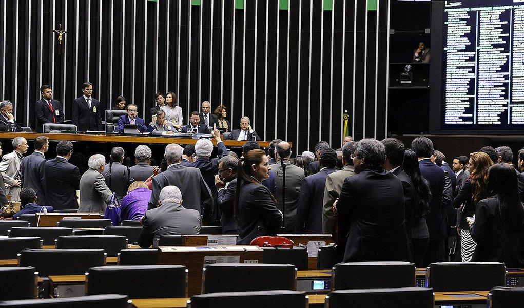 Na última semana de trabalhos legislativos antes do recesso do Congresso Nacional, pelo menos três matérias relevantes devem ser votadas pelos parlamentares; terça e quarta-feira serão votados o relatório final da Comissão Parlamentar Mista de Inquérito (CPMI) da Petrobras, a Lei de Diretrizes Orçamentárias (LDO) e o novo Código de Processo Civil (CPC)
