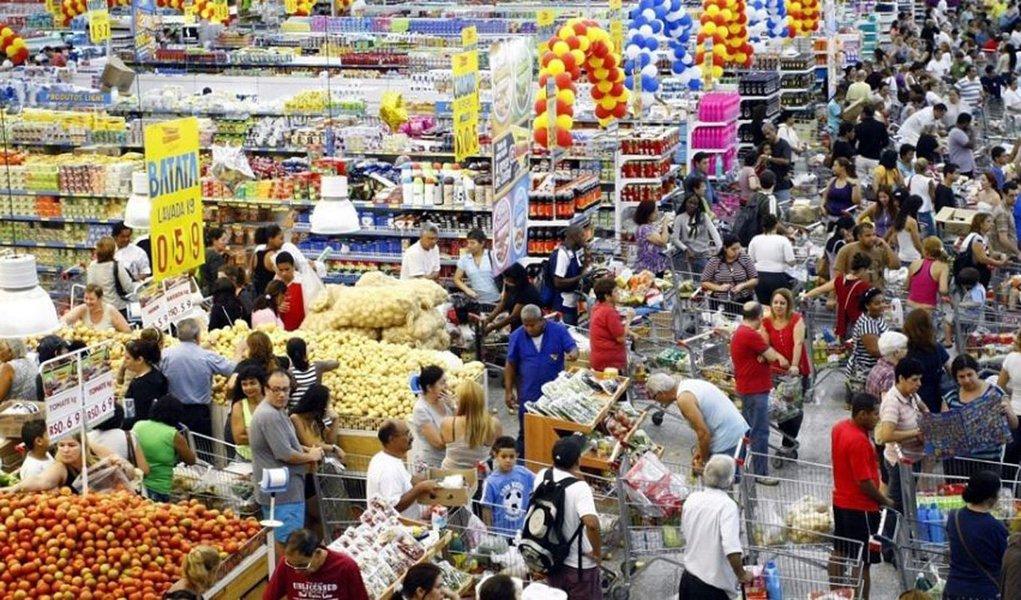 O Índice de Preços ao Consumidor (IPC), medido pela Fundação Instituto de Pesquisas Econômicas (Fipe), na cidade de São Paulo, encerrou o mês de março em alta de 0,7%, inferior à variação registrada em fevereiro último, quando a taxa havia atingido 1,22%; dos sete grupos pesquisados, habitação, mais uma vez, foi o que mais pressionou o orçamento das famílias com renda entre um e dez salários mínimos