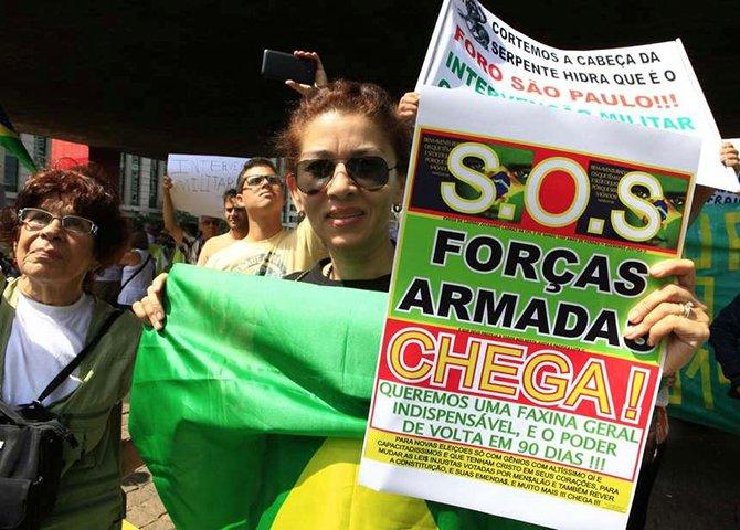 Se havia problemas ocultos na gestão de Lula, eles vieram a explodir na de Dilma, fazendo-a pagar um preço insuportável. Para piorar o cenário aparecem imbecis de plantão pedindo 'intervenção militar'
