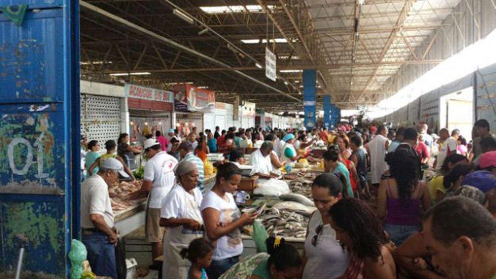 Os consumidores que lotaram o Mercado da Produção, em Maceió, para adquirir peixes, frutos do mar e verduras para preparar refeições da Semana Santa, reclamaram do preço do das mercadorias; alguns peixes, por exemplo, estavam sendo comercializados pelo dobro do preço