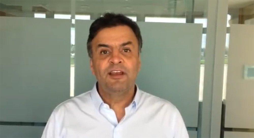 """O senador e presidente do PSDB, Aécio Neves (MG), não irá participar das manifestações contra a presidente Dilma Rousseff marcadas para este domingo (15), mas gravou um vídeo onde chama a população para participar dos protestos a título de """"defender a democracia""""; no vídeo, o tucano diz que o próximo dia 15 será lembrado como o """"dia da democracia"""", """"o dia em que os brasileiros acordaram e foram para a rua dizer chega de tanta corrupção, de tanta incompetência e de tanta mentira"""""""